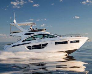 Яхта с флайбриджем
